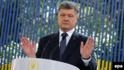 Ukrainanyň prezidenti Petro Poroşenko metbugat-konferensiýasynda, Kiýew, 5-nji iýun, 2015.