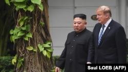 Presidenti amerikan, Donald Trump (djathtas) dhe lideri verikorean, Kim Jong-un në Hanoi.