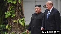 Президент США Дональд Трамп (справа) и северокорейский лидер Ким Чен Ын. Ханой, 28 февраля 2019 года.
