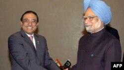 Президент Пакистана Асиф Али Зардари (слева) и премьер-министр Индии Манмохан Сингх
