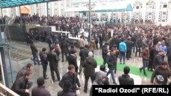Саҳни масҷиди марказии шаҳри Душанбе. Акс аз бойгонии Радиои Озодӣ