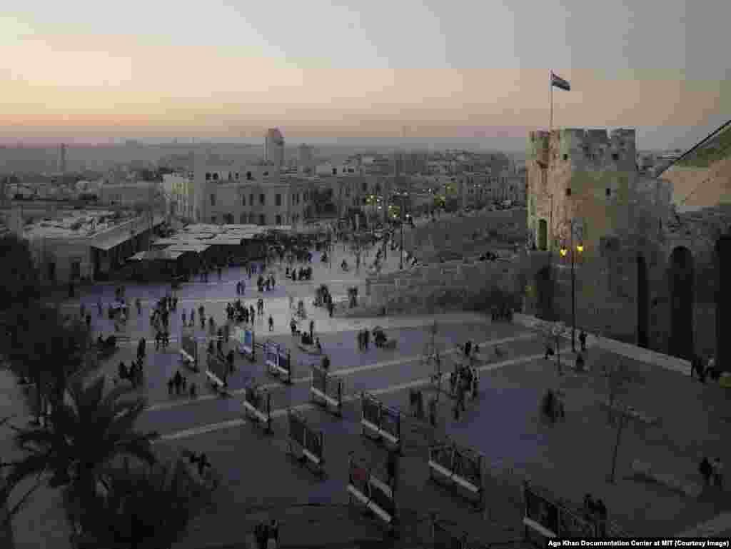 Нарастающая жестокость Асада, затянувшаяся засуха, преобладание алавитов и их соратников в бизнесе и критический прирост населения лишь ускорили в Сирии неминуемое приближение войны На фото – Цитадель Алеппо в 2009 году