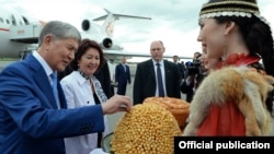 Церемония встречи Алмазбека Атамбаева в аэропорту города Уфы, Башкортостан. 22 июня 2017 г.
