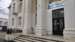 Вход в поликлинику в Каспийске