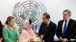 Пан Ги Мун вручил Малале копию Устава ООН