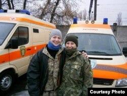 Вікторыя Зубкова (зьлева) з калегай на фоне «Ратаўніцы». Фота са старонкі Зубковай у фэйсбуку.