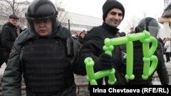 Полиция задерживает участника акции против цензуры на телевидении. Москва, март 2012 года.