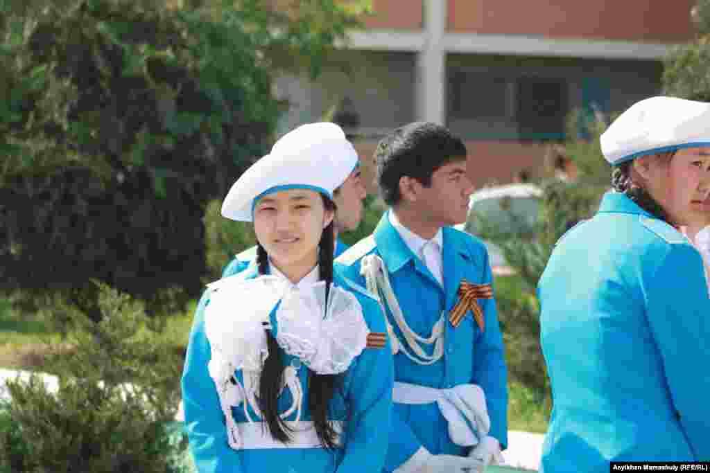 Актауские школьники в День победы.