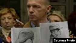 Krunoslav Borovec sa dva crteža osumnjičenika za atentat na Ivu Pukanića, Foto: www.index.hr