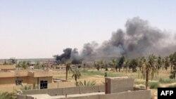 Pamje e tymit nga luftimet ndërmjet forcave të sigurisë së Irakut dhe militantëve të IS-it në provincën Anbar