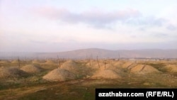 Захоронения на кладбище в Туркменабате (Туркменистан).