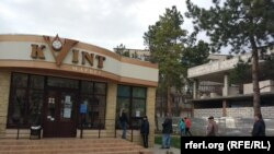 """Rând cu respectarea """"distanței sociale"""" în fața magazinului Kvint, Tiraspol"""