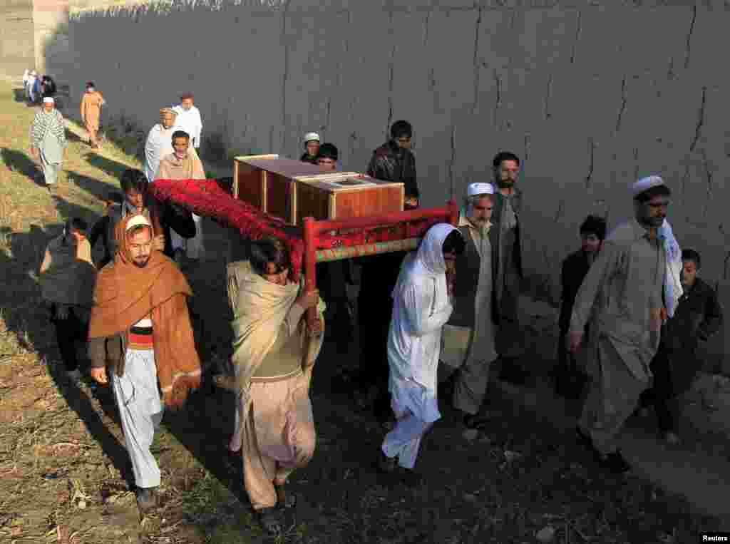 Похороны одной из жертв землетрясения в афганской провинции Нангархар.