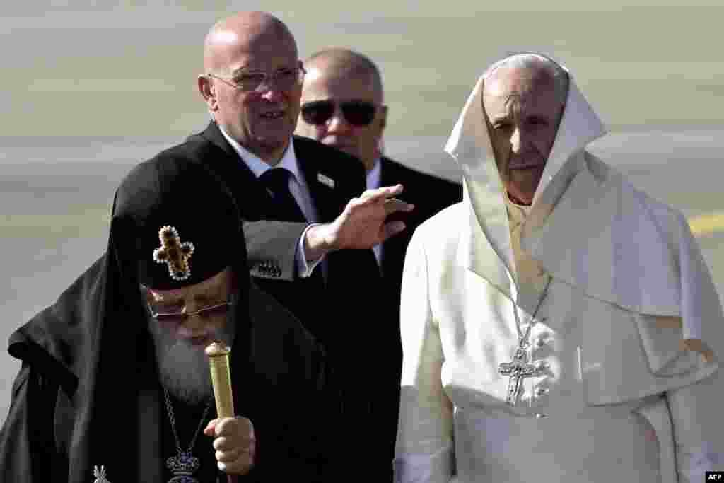 საქართველოს მართლმადიდებელი ეკლესიის კათოლიკოს-პატრიარქი ილია მეორე (მარცხნივ) და რომის პაპი ფრანცისკე თბილისის აეროპორტში.