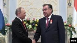 Визит учурунда Путин Рахмонду Тажикстандын ордени менен да сыйлады. Дүйшөмбү, 27-февраль, 2017-жыл.