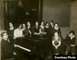 Victor Staub și elevii săi în 1931-1932 (Foto: prin curtoazia lui Frédéric Gaussin)