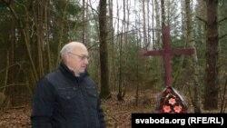 Ян Дзяржаўцаў ля масавых пахаваньняў людзей пад Віцебскам. 12 лістапада 2014 года.