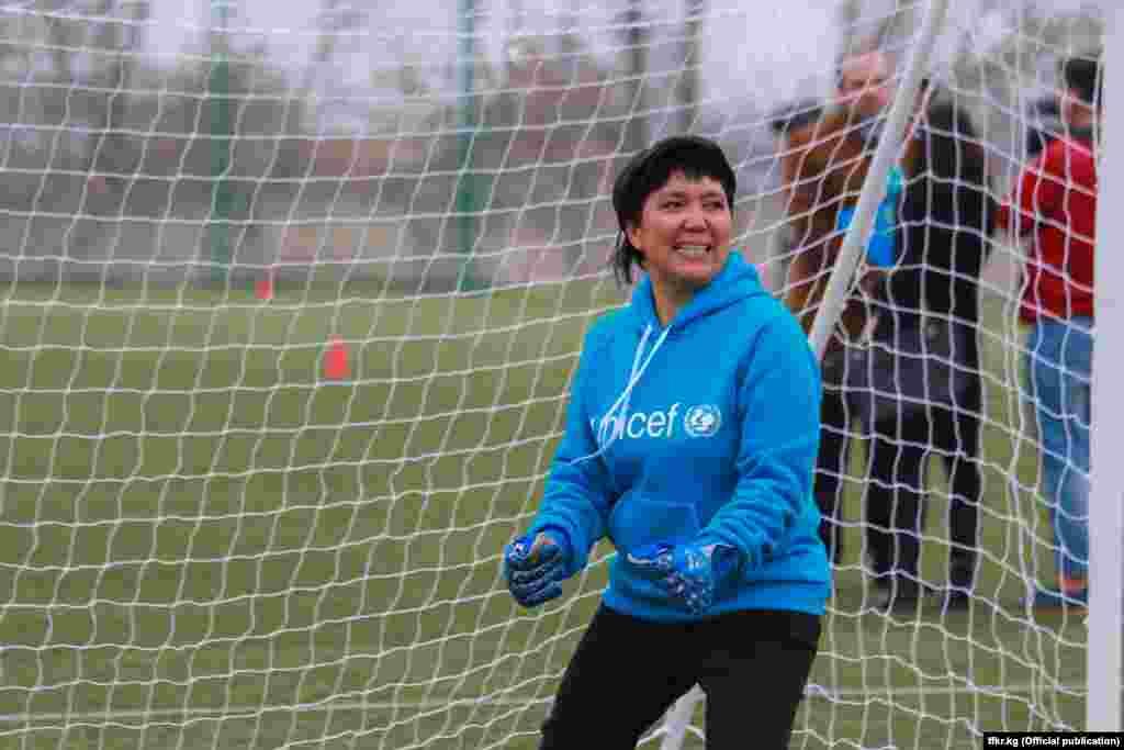 Руководитель пресс-службы мэрии города Бишкека Гуля Алмамбетова была вратарем в своей команде.