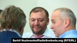 Михайло Добкін (у центрі) в суді, 15 липня 2017
