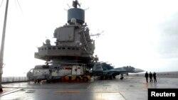 """Сирияның Тартус портында тұрған Ресейдің """"Адмирал Кузнецов"""" әскери кемесі."""