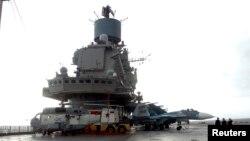 "Российский авианосец ""Адмирал Кузнецов"" на базе в Тартусе"