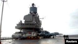 Російський військовий корабель «Адмірал Кузнецов» у сирійському порту Тартус, 8 січня 2012 року