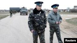 Полковник Мамчур в аеропорту Бельбек на переговорах з російськими військами, 5 квітня 2014 року