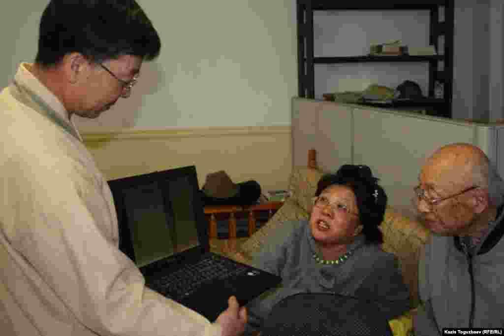 Проповедник Ким Тэ Иль (слева) общается с прихожанами.