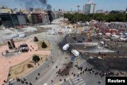 Poliţia turcă împrăştiind manifestanţii din piaţa Taksim, 11 iunie 2013