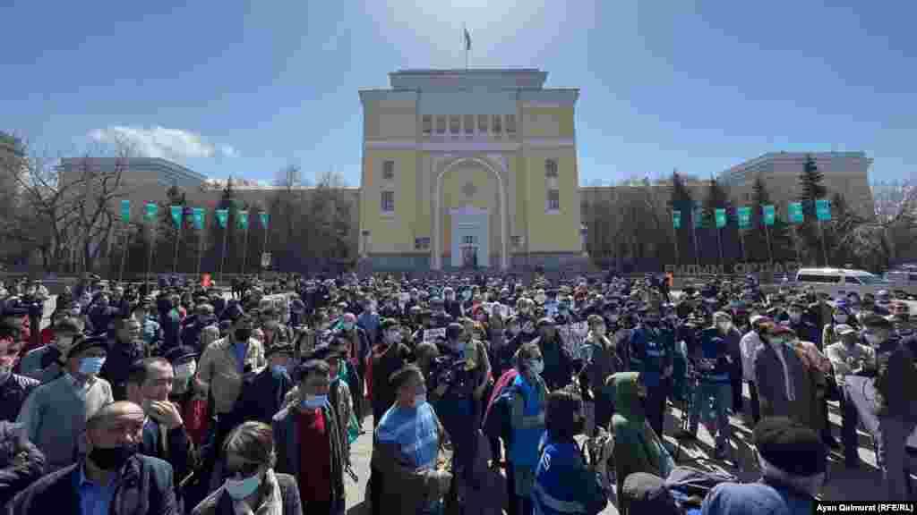 """Полиция кедергісіне қарамастан Шоқан Уәлиханов алаңында сағат 12-ден өте бері """"Қытай экспансиясына"""" қарсы митинг басталды. Жиналғандардың саны 300-ге жуықтады."""