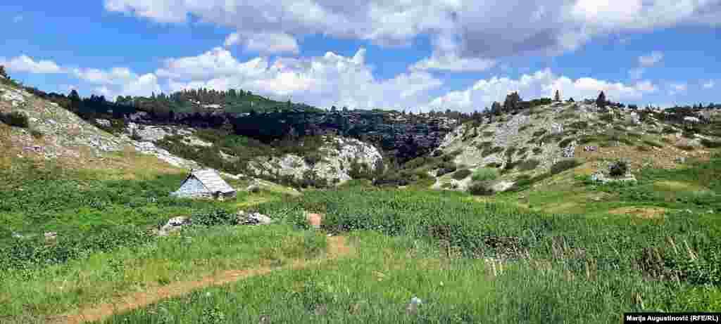 U pohodu ka vrhovima Čvrsnice, među kojima jenajviši Pločno na 2.228 metara nadmorske visine, planinari mogu odmoriti u skloništima.