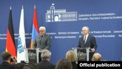 Действующий председатель ОБСЕ, министр иностранных дел Германии Франк-Вальтер Штайнмайер (слева) и министр иностранных дел Армении Эдвард Налбандян в ходе пресс-конференции в Ереване, 29 июня 2016 г.