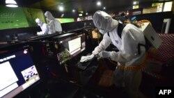 Сотрудники южнокорейской службы безопасности проверяют интернет-кафе, архивное фото