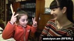Անգլերենի ուսուցչուհի Վարդուհի Աբրահամյանը դստեր՝ Լանայի հետ