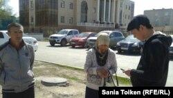 Берик Жанкуатов (слева), отец осужденного Меирбека Жанкутова, и Гульмира Ыхыласова, жена осужденного Ыбырая Адира. Атырау, 29 апреля 2013 года.