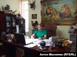 Олег Зубков у себя в кабинете