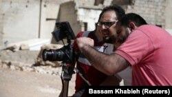 Сирийский режиссер Хумам Хусари (справа) на съемочной площадке художественного фильма 2016 года