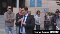 Дүңгіршектерді сүруге наразы кәсіпкерлер мен олардың адвокаты Бақытжан Базарбаев (алдыңғы қатарда) қалалық сот алдында жиналып тұр. Петропавл, 6 қыркүйек 2018 жыл.