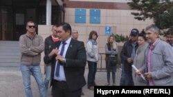 Владельцы планируемых к сносу торговых точек и их адвокат Бакытжан Базарбек перед зданием суда. Петропавловск, 6 сентября 2018 года.