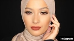Нура Афиа, CoverGirl косметикалық фирмасының жарнамасына түскен мұсылман қыз.