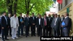 Liderii organizatţiilor de romi la inaugurarea reprezentanţei Uniunii Internaţionale romilor la Chişinău