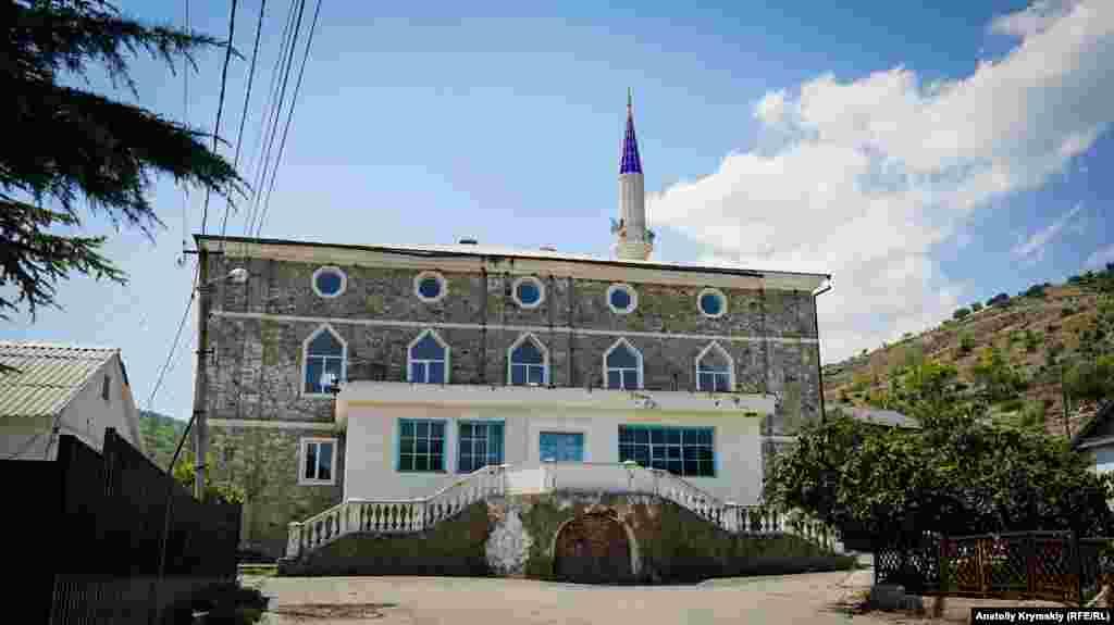 Мечеть Ускут Джамиси – главная историко-культурная достопримечательность предгорного села. Храм является памятником архитектуры XIX века