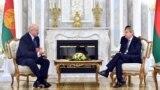 Prezident Aleksandr Lukaşenka (çepde) Minksde Ýewropanyň goňşuçylyk syýasaty we giňelme gepleşikleri boýunça komissary Ýohannes Han (Johannes Hahn) bilen gepleşikleri geçirýär. 21-nji iýun, 2018 ý.
