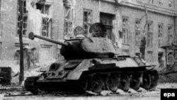 Советский танк на улице Будапешта, 1956 год
