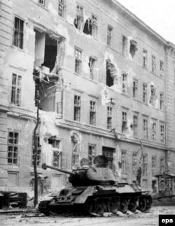 Радянський танк, який був зупинений «коктейлем Молотова». Будапешт, 2 листопада 1956 року