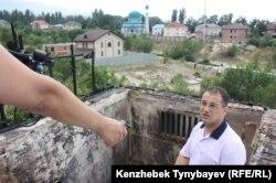 Родственник почетного консула Сирии, Мухаммед Дарре, показывает место пожара в здании почетного консульства Сирии в Казахстане. Алматинская область, 17 июля 2012 года.