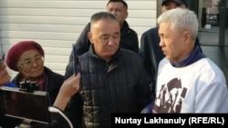 Блогер Азамат Байкенов туралы ақпарат беруді талап етіп Алматы қалалық полиция департаментінің алдына келген белсенділер. 13 наурыз 2020 жыл.