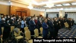Жогорку Кеңештин чукул жыйынга чогулган депутаттары. 2020-жылдын 13-октябры.