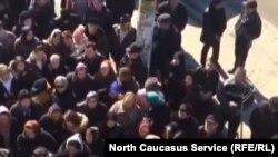 Жители признанных аварийными домов Дербента неоднократно митинговали, отказываясь переселяться
