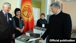 Президент Кыргызстана Алмазбек Атамбаев голосует на референдуме. Бишкек, 11 декабря 2016 года.